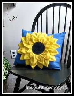 I sewed this sunflower pillow to give to my mother on her birthday. Diy Home Crafts, Sewing Crafts, Sewing Projects, Fabric Flowers, Paper Flowers, Bow Pillows, Diy Pillow Covers, Christmas Embroidery Patterns, Crochet Sunflower