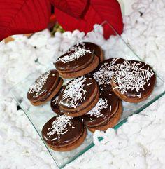 Vianoce a vôňa škorice akosi k sebe patria. Recept na toto škoricové cesto je pomerne univerzálny. Môžete z neho vykrajovať kolieska, hviezdičky a iné tvary. Zlepovať ich džemom, nutelou a polieť čokoládou, alebo citrónovou polevou. Christmas Baking, Gingerbread Cookies, Tiramisu, Cheesecake, Muffin, Food And Drink, Chocolate, Breakfast, Desserts