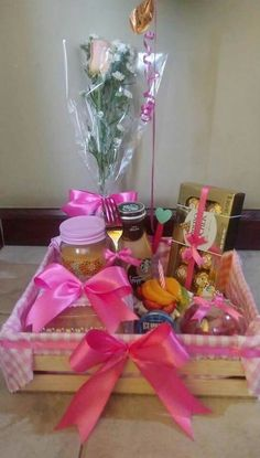 Festa na Caixa: 30 ideias para você se inspirar Valentine Gift Baskets, Valentine Gifts, Ramadan Decorations, Balloon Decorations, Diy Birthday Basket, Homemade Gifts, Diy Gifts, Flower Box Gift, Dinner Box