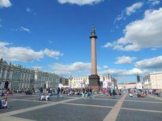Die Siegessäule und die Eremitage in St. Petersburg.