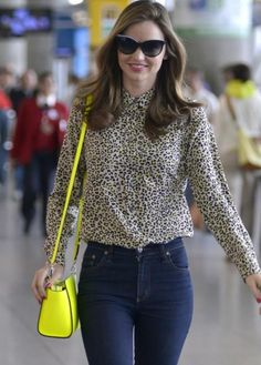 Travel Beauty Tips: 4 Ways to Look Alive After a Flight - theFashionSpot I'll have to remember these the next time I go traveling. Miranda Kerr Street Style, Street Style Blog, Airport Outfit Long Flight, High End Fashion, Facon, Courses, Beauty Hacks, Beauty Tips, Supermodels