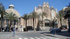 Mercado Central de Alicante.  Fue construido a principios del siglo XX, sobre la muralla del siglo XVIII que rodeaba la ciudad. Con diseño del arquitecto Sánchez Sedeño, en un estilo ecléctico de ornamentación modernista. Tiene planta rectangular, con tres naves en dos plantas. Muy curioso resulta el sector circular con cubierta de cúpula semiesférica que se conoce como la rotonda. La fachada principal tiene una gran escalinata de acceso.
