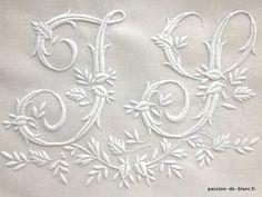 LINGE ANCIEN/Superbe grand monogramme JS brodé main avec beau relief sur toile pur lin fin pour couture