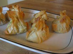 Kipfilet insmeren met kerriepoeder en zachtje bakken. In keukenmachine kipfilet en prei fijnmaken, ei, zout, peper en paneermeel toevoegen en alles goed mengen.