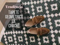 Faça e venda: Tapete geométrico de crochê ⋆ De Frente Para O Mar Crochet Poncho With Sleeves, Crochet Blouse, Knit Crochet, Needle Tatting Patterns, Crochet Stitches, Crochet Mandala Pattern, Crochet Patterns, Crochet Beach Bags, Crochet Wedding Dresses