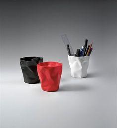 Stiftehalter Pen Pen - der kleine Gefährte von Bin Bin, sorgt für aufgeräumte Schreibtische und gute Laune im Büro. Er nimmt Kulis, Bleistifte und Brieföffner, aber auch Abfälle auf dem Schreibtisch auf. In drei unterschiedlichen Farben erhältlich für je 14,90 €