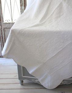 ホワイトキルトシリーズ♪♪【アラベスク柄・キルティングスロー140×200】キルティングマルチカバーキルティングラグ敷物布製フレンチカントリーシャビーシック綿100%