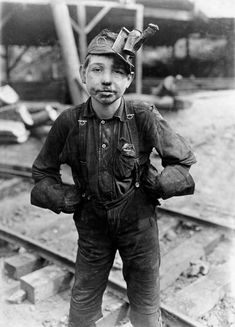 Lewis Wickes Hine, A young mine worker: Turkey Knob Coal Mine, Macdonald, West Virginia, 1908 So young to do such a hard job ~ Now days you would be reported to child labor American Honey A Country Girl Old Pictures, Old Photos, Antique Photos, Lewis Wickes Hine, Fondation Cartier, Grandes Photos, Fotografia Social, Coal Mining, Today In History