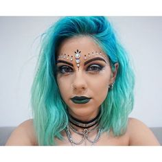 Festival jewels snow globe ❄ festival makeup, make up, coachella makeup. Festival Make Up, Festival Looks, Rave Festival, Rave Makeup, Party Makeup, Coachella Make-up, Make Carnaval, Festival Makeup Glitter, Music Festival Makeup