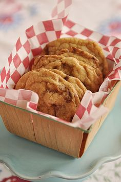 Twix Bar Cookies - Are you kidding me? Cookies with Twix inside? How can you go wrong? Twix Cupcakes, Twix Cookies, Yummy Cookies, Yummy Treats, Sweet Treats, Bar Cookies, Köstliche Desserts, Delicious Desserts, Dessert Recipes