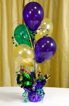 centerpiece idea for Mardi Gras celebration! mixing colors of purple, yellow and green, get that mardi gras atmosphere easily!