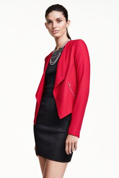 Giacca crêpe | H&M art. 0225411023---  It's a fast fashion brand all right. But when they get the cut right it's just fab on and personally I could see myself wearing this blazer for a long time with a variety of outfits and occasions. Actually own this model in other colours, wear them often and so far still look pristine. Easy care fabric but also decent quality. Definitely not a throwaway item in my case. Thumbs up and would double-dip if available.