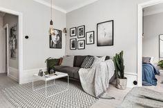 Thuis in een compacte studio vol warme grijstinten