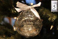 5. Luukku  Tänään pyörähtää arvonta käyntiin, josta voit voittaa kuvassa näkyvän Riviera Maisonin joulupallon. Kilpailuun voit osallistua Facebook-svuillamme lisäämällä kuvan piparkakkutalostasi tai koristellusta piparista 5. luukun kommenttikenttään tai Instagrammissa; Ota kuva piparkakkutalostasi tai koristellusta piparista ja lisää tägit #decoranjoulukisa ja #decoranjoulukalenteri. Osallistumisaikaa 14.12 asti.