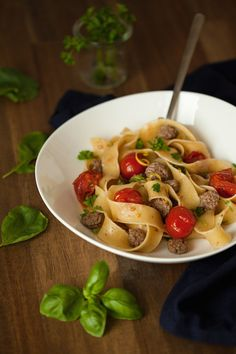 Pasta ist sättigend, sehr schnellfertig und schmeckt mit gutenZutaten richtig lecker. Siegilt als die größte Kalorienbombe in unserem Speiseplan, doch ganz ehrlich – auf die Sauce kommt es an. Wer auf Kalorien achtet, nimmt geschmackvolle Nudeln aus Vollkorn. Wem die Kalorien egal sind, der kannübrigens immer noch Vollkornnudeln nehmen. Sie sind vollmundiger, mit einem feinnussigen Aroma und die angeboteneVielfalt anVollkornpasta lässt keine Wünsche mehr übrig.