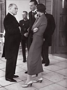 At the reception of the Swedish Crown Prince Gustav Adolf at the Swedish Embassy in Ankara, Kemel Atatürk spoke with Vinter, the wife of the Prince, 4 October