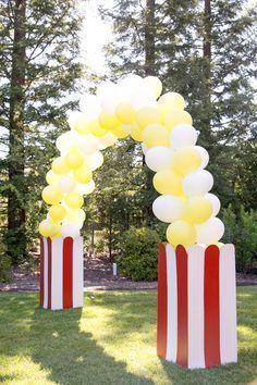 DIY Balloon Arch by Evite Popcorn stand for DIY popcorn bar for fetes etc Get your carnival-themed party poppin' with this popcorn balloon arch. Carnival Themed Party, Carnival Birthday Parties, Circus Birthday, Birthday Party Themes, Birthday Board, Birthday Games, Birthday Diy, Popcorn Bar, Popcorn Stand