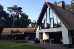 Nieuwbouw moderne villa met rietgedekte kap - Projecten - Bouwbedrijf Habe