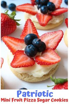 Mini fruit pizza cookies Topped with fresh fruits, light and refreshing, frosted with lemon cream cheese frosting, these patriotic mini fruit pizza sugar cookies are a must bake this summer! Cookie Pizza, Fruit Pizza Cookies, Fruit Pizza Bar, Mini Fruit Pizzas, Mini Pizza, Sugar Cookies Recipe, Cookie Recipes, Dessert Recipes, Chips Ahoy