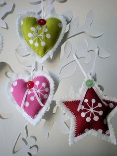 Felt Christmas ornaments could be easily crafted by you and your kids to make your Holiday tree more cool and unique. They are also useful to adorn other things like branches, mantels, lamps and so on. Check out all these awesome ideas … Ornament Crafts, Christmas Projects, Felt Crafts, Christmas Crafts, Felt Christmas Decorations, Felt Christmas Ornaments, Christmas Fun, Christmas Sewing, Handmade Christmas