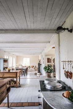 La cuisine contemporaine avec îlot parfaite pour une maison de campagne - PLANETE DECO a homes world Kitchen Colors, Kitchen Decor, Swedish Kitchen, Cornwall Cottages, Sweden House, Devol Kitchens, English Interior, Kitchen Post, Old Cottage