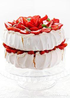 Strawberry Pavlova Cake strawberries meringue and sweet mascarpone cream - the best combination of flavors. (in Polish) Strawberry Pavlova, Strawberry Cakes, Cake Recipes, Dessert Recipes, Desserts, Dessert Ideas, Pavlova Cake, Meringue Cake, Occasion Cakes