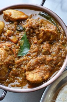 Coconut, pearl onions and spices bring together the chicken in this spicy and delicious Malabar Chicken Curry. You can dip and slurp your way through this Easy Chicken Recipes, Easy Healthy Recipes, South Indian Chicken Recipes, Chicken Recepies, Kerala Chicken Curry, Chicken Curry Indian Style, Chettinad Chicken, Curry Stew, Curry Spice