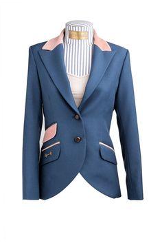 Este blazer en color azul nay es perfecto para usar en todo momento no puedes dejar de tenerlo. De Equitana.