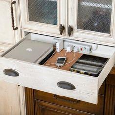 maneira inteligente de esconder os cabos em uma gaveta da cozinha