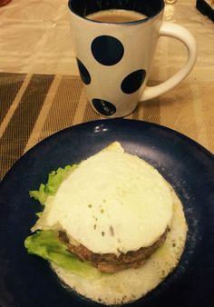 Hamburger de pavo, claras de huevo, ensalada y cafecito
