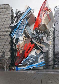 """""""Sneaker Tectonics"""": scultura progettata dall' architetto britannico Chris LaBrooy in legno, acciaio, vetro e cemento raffigurante scarpe New Balance, Nike e Adidas. Impressionante!"""