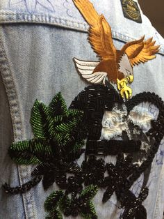 Detalhe do colete vintage com bordado a mão nas costas e aplicação de patches.  #jaquetajeansbordada #handmade #bordado #slowfashion #universo_jameslandia
