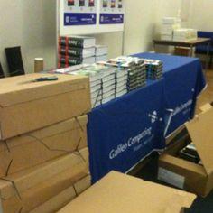 So langsam füllt sich der Tisch. Droidcon 2012 - Standaufbau - Galileo Computing