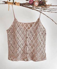 Outfit cream/white linen pants cream/neutral crochet top [or] cream/white linen pants plain white tee heavy gold/pearl jewelry Outfit 4 Crochet Tank Tops, Crochet Summer Tops, Crochet Shirt, Summer Knitting, Gilet Crochet, Crochet Lace, Bikini Crochet, Crochet Fashion, Beautiful Crochet