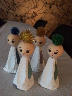 Engle af malet æggebakke Angel Crafts, Christmas Crafts, Christmas Ornaments, Diy Christmas Door Decorations, Christmas Diy, Diy Snow Globe, Egg Carton Crafts, Crafts For Kids To Make, Diy Weihnachten