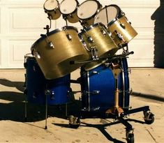 """Hal Blaine's blue sparkle Ludwigs with the massive """"octotoms"""" rolled in around it. Drums Studio, The Ronettes, Ludwig Drums, Vintage Drums, Jazz Funk, How To Play Drums, Beautiful Guitars, Snare Drum, Blue Sparkles"""