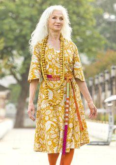 """Une fantastique robe portefeuille réalisée en mélange de coton/lin frais et léger, et imprimée de notre motif pétillant baptisé """"Istanbul"""". Poches latérales, ravissante ampleur au niveau de la jupe et des manches, exactement ce qu'il faut pour partir à l'aventure!"""
