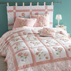 DIY Bett Kopfteil, Nachttisch in Patchwork, testata fai da te - Dames Site Diy Bed Headboard, Headboards For Beds, Shabby Chic Quilts, Shabby Chic Bedrooms, Patch Quilt, Applique Quilts, Bed Cover Design, Puff Quilt, Bed Plans