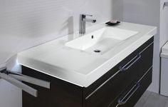 Schlicht und dennoch elegant: Waschbecken und Unterschrank spielen hier besonders gut zusammen! Dank der großen Schubladen wird der Platz unter dem Waschbecken ideal ausgenutzt und macht Platz für Handtücher, Haartrockner und mehr.