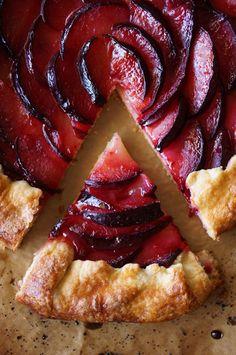 Tarte aux prunes et gingembre - Pluot crostata Köstliche Desserts, Delicious Desserts, Dessert Recipes, Yummy Food, Dinner Recipes, Veggie Recipes, Sweet Recipes, Cooking Recipes, Plum Recipes