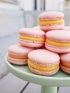 Jag tycker att det är väldigt roligt att baka macarons. Roligare att baka än att äta. Men de som nån gång har försökt sig på att göra de här små godbitarna hemma vet att den där bakglädjen kan sten… Candy Recipes, Baking Recipes, Cookie Recipes, Easy Desserts, Vegan Desserts, Delicious Desserts, Cookie Cake Pie, Candy Drinks, Bakers Gonna Bake