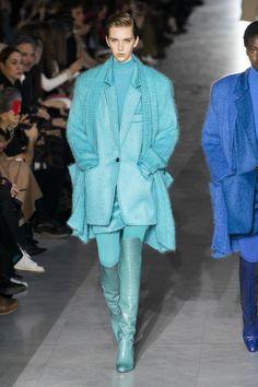 Max Mara Fall-winter - Ready-to-Wear - Womenswear - Women fashion runway look outfit coat Curvy Fashion, Urban Fashion, Boho Fashion, Womens Fashion, Fashion Trends, Fashion Fall, Max Mara, Style Noir, Mode Boho