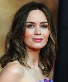 16 Of The Trendiest Long Hairstyles to Steal From Celebrities - Emily Blunt Emily Blunt, Hairstyles For School, Trendy Hairstyles, Gorgeous Hairstyles, Medium Hair Styles, Curly Hair Styles, Growing Out Bangs, Blunt Hair, 4b Hair