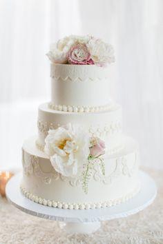 Classic wedding cake idea; Photo: Troy Grover Photographers