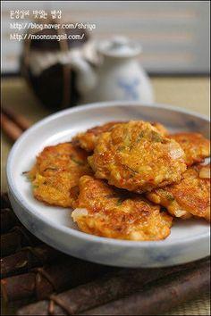 2008년 마지막 올리는 요리는.... 김치랑 두부랑 있으면 되는 간단 요리...ㅋㅋ 잘 익은 김치와... 그리고 늘 상에 자주 오르는 두부가 함께 만나 만들어진 요리예요... 간식도 되면서 반찬도 되는 그런 요리....... Asian Cooking, Easy Cooking, Korean Side Dishes, K Food, Home Meals, Vegetarian Recipes, Healthy Recipes, Asian Recipes, Ethnic Recipes