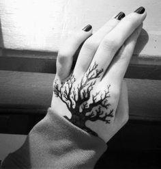 Kleiner Baum Hand Tattoo                                                       …
