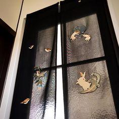 【#暖簾  2】 絽の暖簾はこの透けた感じが良いですね☺️ . . #古布 #ちりめん #押絵 #インテリア #和 #手作り #ハンドメイド #季節 #ギャラリー #artwork #handcrafted #japanesestyle #夏  #和雑貨 #summer #涼 #うさぎ #すずめ #絽 #interior