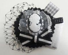 Camafeo mujer sobre negros y grises - brochelia, broches de fieltro hechos a mano