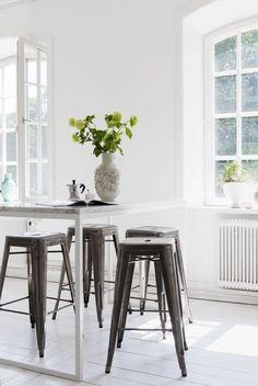 Högt barbord med marmorskiva och rostfria Tolixpallar. Foto: Andrea Turander