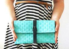 Crea una pochette fai-da-te in pochi minuti e senza bisogno di cucire. Dai un'occhiata alla sezione moda fai-da-te per tante idee sfiziose e trendy.